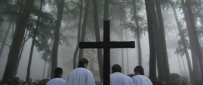 Deszczowe nabożeństwo na Równicy