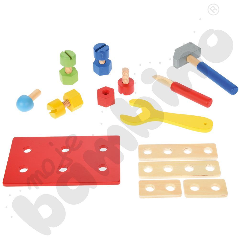 Drewniane narzędzia w blaszanym pudełku